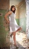 摆在时尚的美丽的女孩在老墙壁附近。相当摆在放置在墙壁的少妇。非常可爱的白肤金发的女孩 免版税图库摄影