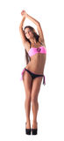 摆在时髦的泳装的亭亭玉立的腿长的女孩 库存照片