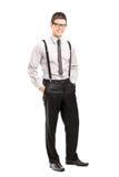 摆在时髦的衣物的英俊的年轻人 免版税库存照片