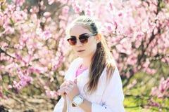 摆在春天背景的美丽的年轻十几岁的女孩 库存图片