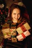摆在有圣诞节装饰的演播室的红色头发妇女 免版税库存照片