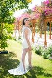 摆在有性感的腿的白色礼服的时装模特儿 库存照片