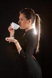 摆在有杯子的演播室的美丽的妇女画象coffe 免版税图库摄影