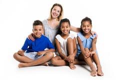 摆在有白母亲的一个白色背景演播室的蓬松卷发双孩子和男孩 免版税图库摄影