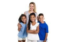 摆在有白母亲的一个白色背景演播室的蓬松卷发双孩子和男孩 库存图片
