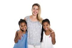 摆在有白母亲的一个白色背景演播室的蓬松卷发双孩子 图库摄影