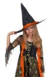 摆在有笤帚和蜘蛛的巫婆礼服的女孩 库存图片