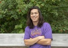 摆在木桥的23岁的Amerasian男性在华盛顿公园树木园,西雅图,华盛顿 免版税图库摄影