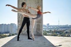 摆在未完成的大厦的跳芭蕾舞者 免版税库存图片