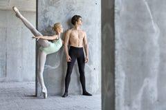 摆在未完成的大厦的跳芭蕾舞者 免版税库存照片