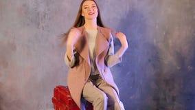 摆在杂志的照相机前面的美好的时装模特儿三射击  股票录像