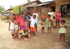 摆在村庄的孩子和十几岁在索龙 免版税库存图片