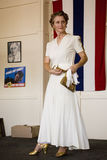 摆在标志前面的20世纪40年代衣物的妇女 库存图片