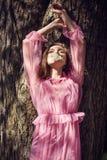 摆在树的女孩 库存照片