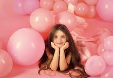 摆在桃红色背景的年轻逗人喜爱的女儿画象  库存照片