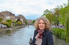 摆在桥梁的可爱的中年妇女 图库摄影