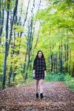 摆在森林里的一个美丽和典雅的浅黑肤色的男人在aut期间 库存图片