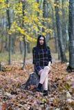 摆在森林里的一个美丽和典雅的浅黑肤色的男人在aut期间 免版税库存照片