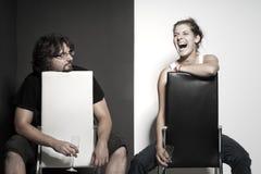 摆在椅子的两个朋友 免版税图库摄影