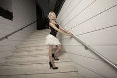 摆在楼梯妇女 免版税库存图片