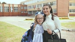 摆在欢乐衣裳的两个俄国女小学生姐妹在学期的初期的那天 影视素材