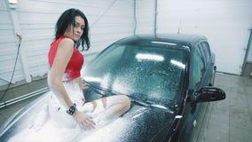 摆在汽车的敞篷的泡沫的妇女 股票视频