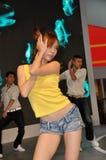 摆在汽车附近的舞蹈演员在成都汽车展示会2012年 免版税库存图片