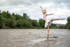 摆在河的芭蕾舞女演员 库存图片