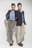 摆在浅灰色的背景的时尚夫妇 免版税库存图片