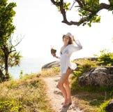 摆在海滩的太阳镜和帽子的女性式样女孩 库存图片
