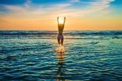 摆在海的白色比基尼泳装的妇女 免版税库存照片