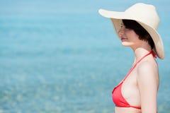 摆在海的美丽的妇女 免版税库存图片