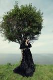 摆在海附近的妇女 黑暗的女王/王后 库存照片