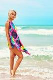摆在海风景的年轻美丽的妇女 免版税库存图片