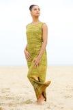 摆在海滩的一个美丽的少妇的画象 免版税图库摄影