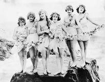 摆在海滩的六名妇女(所有人被描述不更长生存,并且庄园不存在 供应商保单那里wi 免版税库存图片