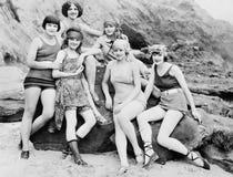 摆在海滩的六名妇女(所有人被描述不更长生存,并且庄园不存在 供应商保单那里wi 库存照片