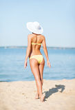 摆在海滩的女孩 免版税库存照片