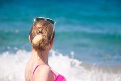 摆在海滩的女孩 免版税图库摄影