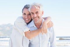 摆在海滩的有吸引力的已婚夫妇 免版税图库摄影