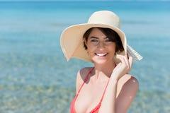 摆在海滩的美丽的少妇 库存图片