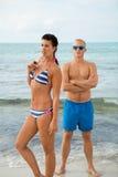 摆在游泳衣的性感的时髦夫妇在海 图库摄影