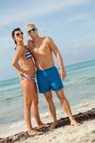 摆在游泳衣的性感的时髦夫妇在海 库存图片