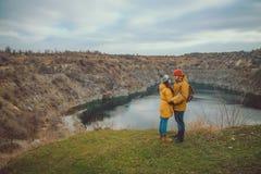 摆在湖的愉快的资深夫妇 库存照片