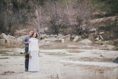 摆在湖附近的美好的年轻夫妇 库存图片