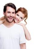 摆在演播室的嬉戏的年轻夫妇 免版税库存图片
