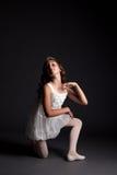 摆在演播室的微笑的年轻芭蕾舞女演员的图象 库存图片