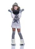 摆在演播室的愉快的逗人喜爱的孩子隔绝在白色背景 佩带的冬天衣裳 被编织的羊毛毛线衣,围巾,帽子 免版税库存照片