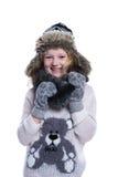 摆在演播室的愉快的逗人喜爱的孩子 佩带的冬天衣裳 被编织的羊毛毛线衣和手套 耳朵拍动毛皮盖帽 库存图片