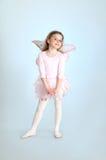 摆在演播室的神仙的服装的逗人喜爱的女孩 库存图片